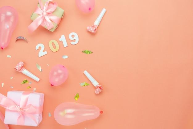 Lijstbovenkant van vrolijke kerstmisdecoratie & gelukkig nieuw jaar 2019 ornamentenconcept.