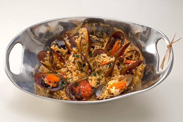 Lik-lik van zeevruchten, een typisch vissersgerecht. kook de zeevruchten met rijst.