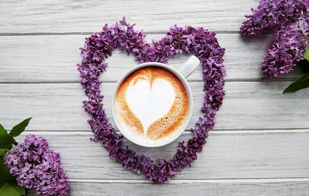 Lila bloemen en kopje koffie