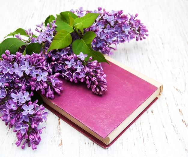 Lila bloemen en oud boek