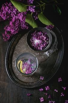 Lila bloemen in suiker
