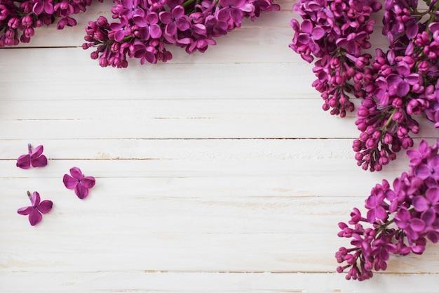 Lila bloemen op houten achtergrond