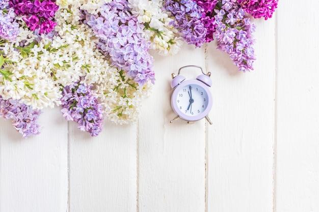 Lila bloemen tak op witte houten achtergrond met copyspace. lente of moederdag concept