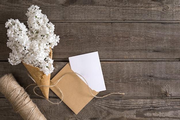 Lila bloesem op rustieke houten achtergrond met lege ruimte voor begroeting schaar draadspoel...