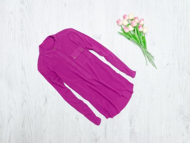 Lila blouse en een boeket tulpen. modieus concept