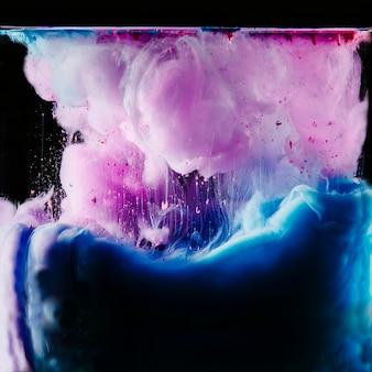 Lila en blauwe kleurstof in water