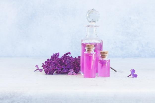 Lila essence flesjes met verse bloemen