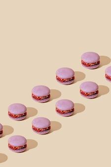 Lila macarons patroon op beige achtergrond. kleurrijke franse desserts.