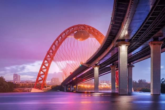 Lila regenachtige avond op de zhivopisny-brug in moskou