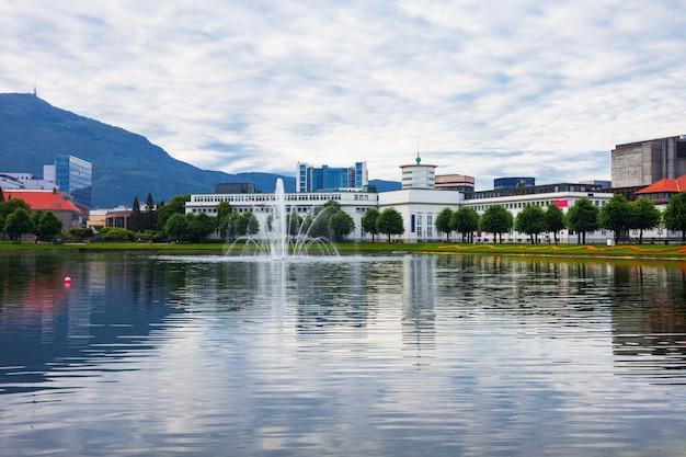 Lille lungegardsvannet meer in het centrum van de stad bergen in de provincie hordaland, noorwegen
