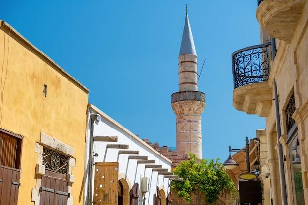 Limassol oude stad. straat die leidt tot de grote moskee (cami kebir). limassol, cyprus