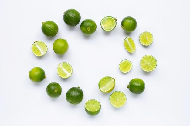 Limes geïsoleerd op een witte achtergrond.