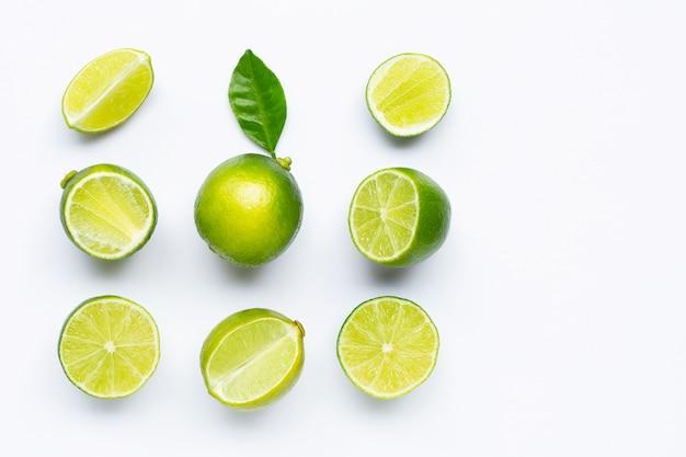Limes geïsoleerd op wit.