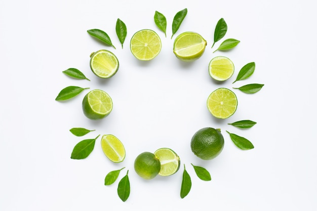 Limes met bladeren geïsoleerd op een witte ondergrond.