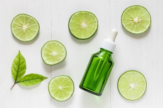 Limoen extract met schijfjes limoen en bladeren