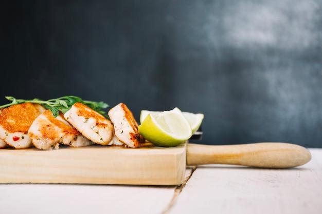 Limoenen en geroosterd vlees op snijplank