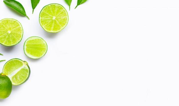 Limoenen met bladeren geïsoleerd op een witte achtergrond.