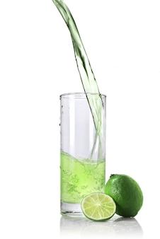 Limoensap met limoen geïsoleerd op wit