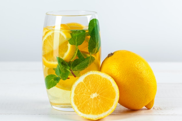 Limonade. drink met verse citroenen.