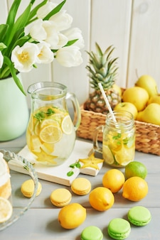 Limonade, fruit, zoete macarons en tulpenbloemen