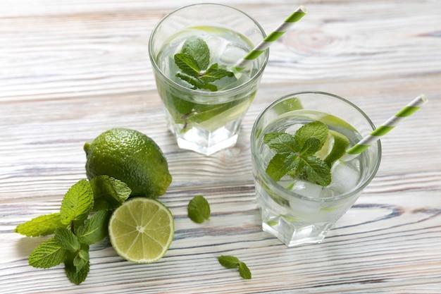 Limonade glazen bovenaanzicht limoen op tafel