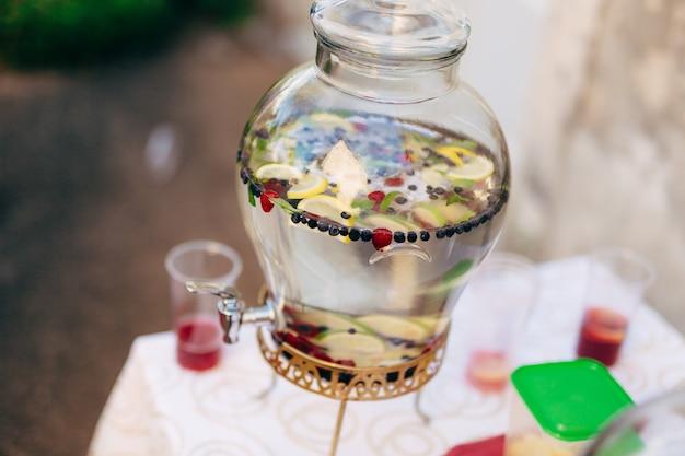 Limonade in glazen flacons voor het morsen van drankjeslimonade