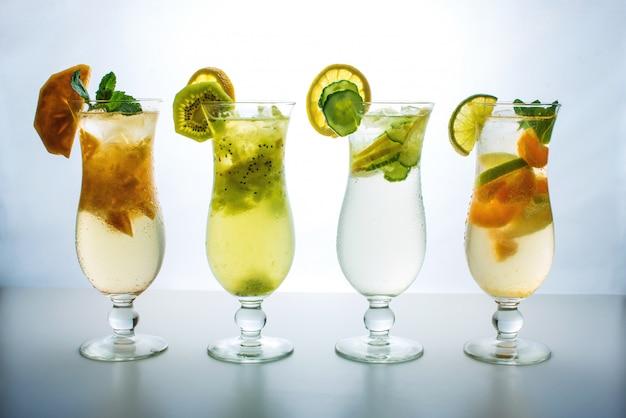 Limonade instellen met ijs in glazen orkaan met tropische vruchten