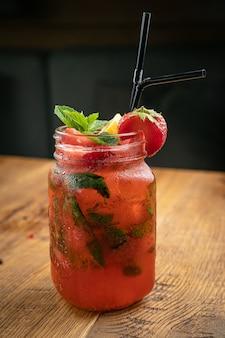 Limonade met aardbeien, citroen en munt van de menukaart van een amerikaans restaurant