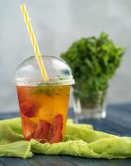 Limonade met aardbeien en munt. een verfrissend zomers drankje