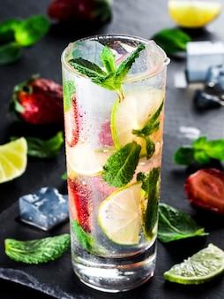Limonade met aardbeien, limoen en munt