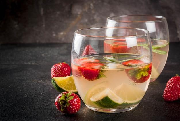 Limonade met limoen, verse aardbeien en rozemarijn