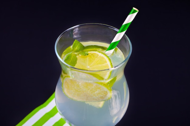 Limonade of mojito cocktail met citroen en minton de zwarte tafel.