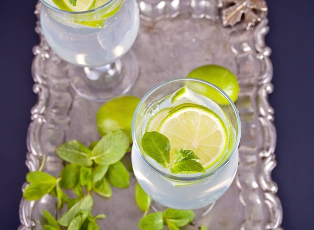 Limonade- of mojito-cocktail met citroen en munt, koud verfrissend drankje of drankje
