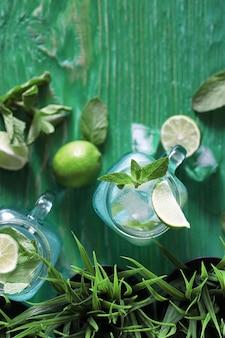 Limonade van limoen en munt in een glazen pot op tafel