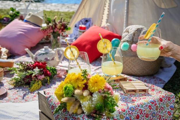 Limonades, eten en bloemen op een picknick in het park