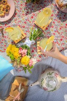 Limonades, eten en bloemen op een picknick