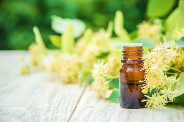 Linde-extract en bloemen in een klein flesje. selectieve aandacht.