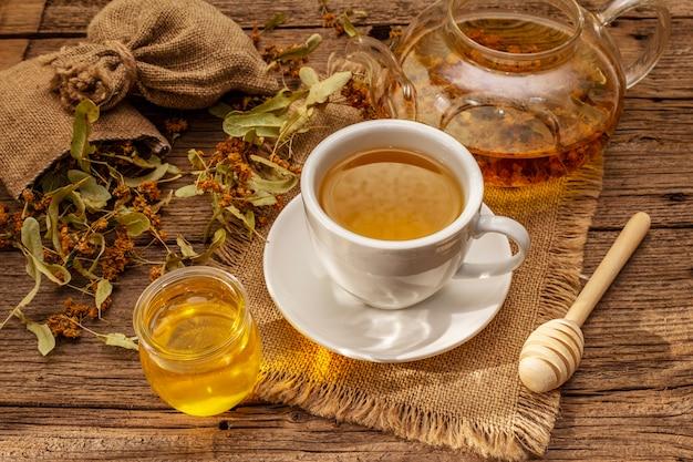 Linden thee. droge geurende bloemen. zonnig ochtendontbijt. warme drank om het immuunsysteem te versterken, alternatieve geneeswijzen