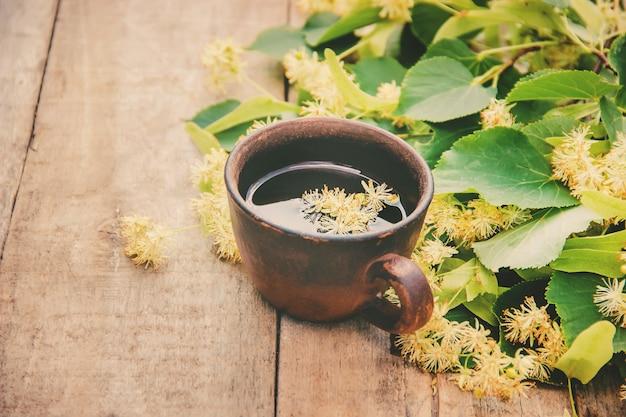 Linden thee en bloemen. selectieve aandacht. drinken.
