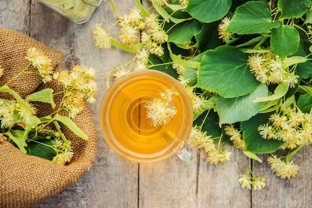 Linden thee en bloemen. selectieve aandacht.