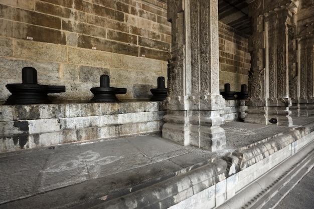 Lingams en kolommen in hindoetempel
