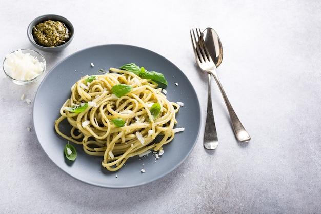 Linguine met groene pesto