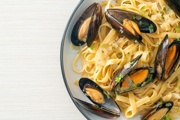 Linguine spaghetti pasta vongole witte wijnsaus - italiaanse pasta met zeevruchten met kokkels en mosselen