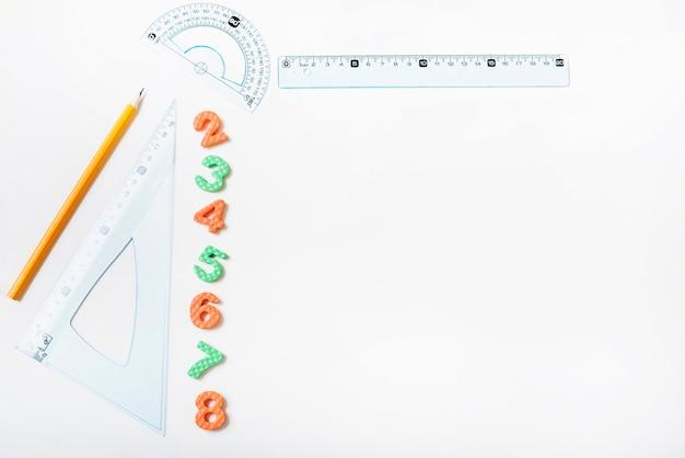 Linialen en potlood in de buurt van figuren