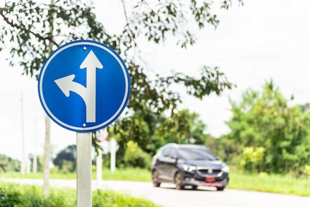 Linker draai gespleten verkeersteken
