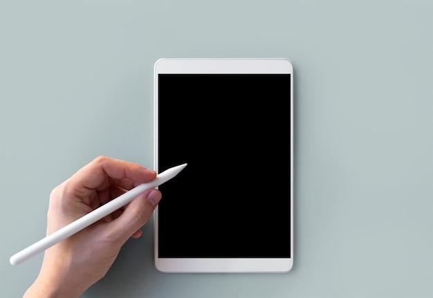 Linkerhand die op tablet schrijft