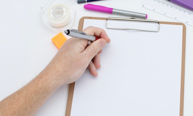 Linkerhand klaar om op de lege ruimte te schrijven