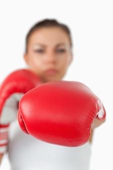 Linkervuist gepresenteerd door vrouwelijke bokser