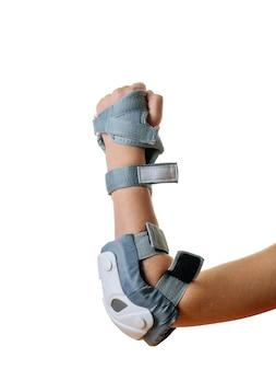 Links de hand van de baby gebald in een vuist in bescherming geïsoleerd op een witte achtergrond. accessoires voor schokbescherming.