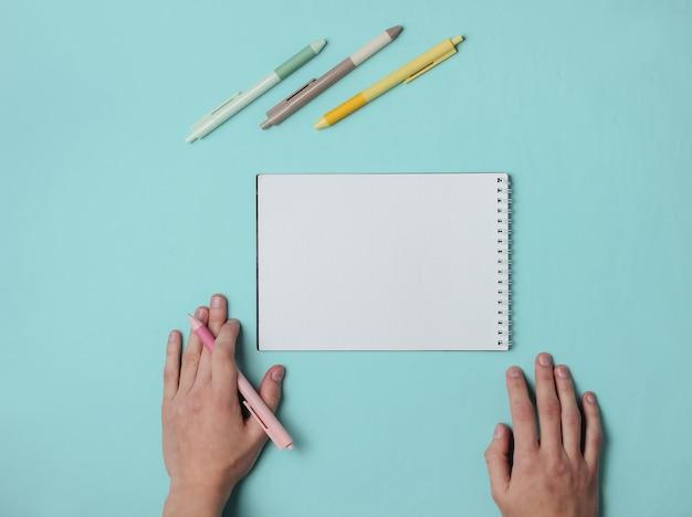 Linkshandige vrouw met pen en dagboek